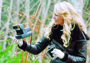 "1x14 ""Dreamy"", what is Emma photographing when Sydney shows up?"