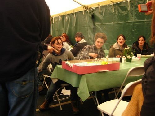Robert and Kristen 防弾少年団 celebrating a birthday