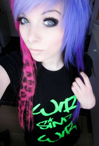 emo girl, ira vampira, scene queen, colorful hair, purple blue rosa green red black hair, coontails,