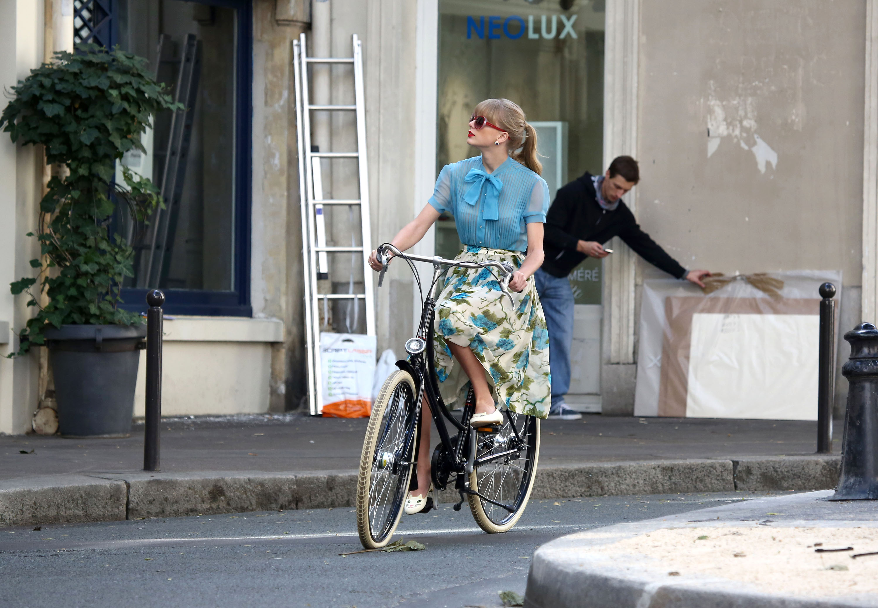 "Taylor Swift filming ""Begin Again"" music video in Paris, France 01102012"