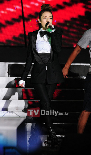 dara 2NE1 in black suit