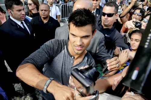Taylor Lautner with Brazil 팬 promoting BDp2
