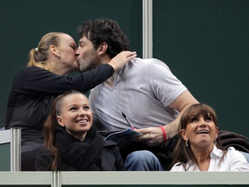 Kvitova and Jagr kissing beside tennis court..