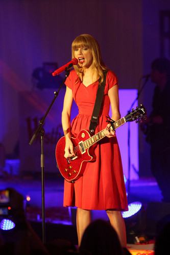 Taylor rapide, swift performs at Westfield shopping centre, Christmas lights