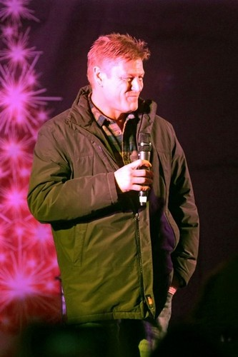 Sean Bean Turns on the Hampstead Christmas lights