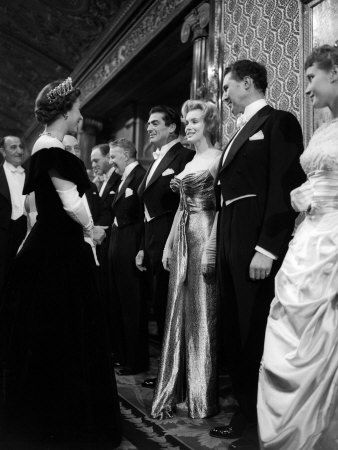 Marilyn Monroe meets क्वीन Elizabeth II, London, 1956