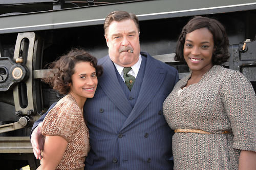 एंजल Coulby with John Goodman and the Wunmi Mosaku.