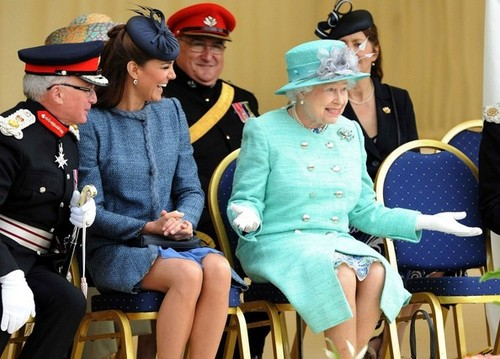 Will and Kate cadastrar-se the queen in Nottingham