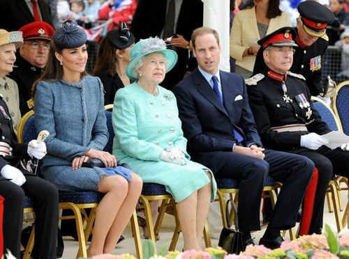 Will and Kate tham gia the Queen in Nottingham