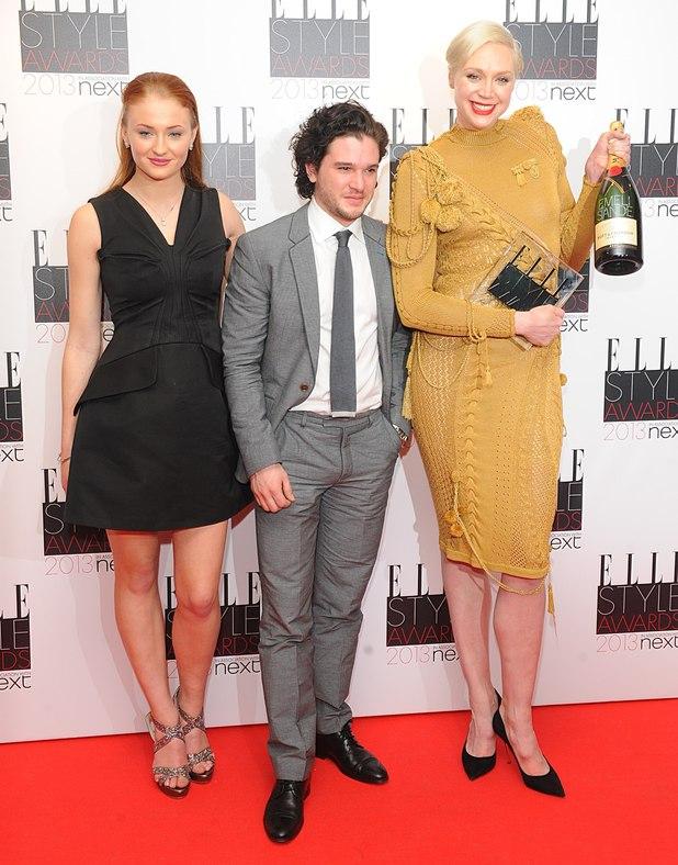 ¿Cuánto mide Kit Harington? - Altura - Real height - Página 2 Sophie-Turner-Kit-Harington-Gwendoline-Christie-Elle-Style-Awards-game-of-thrones-33645150-618-788