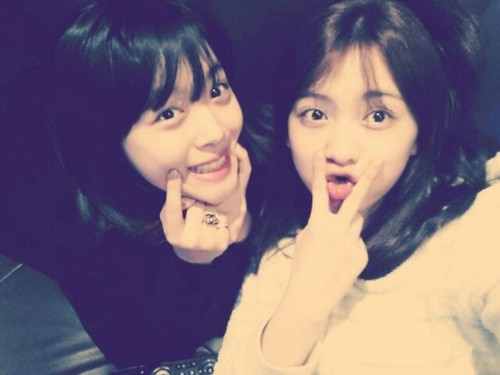 (fx)'s Sulli took an adorably goofy selca with her fellow 'egg' friend!
