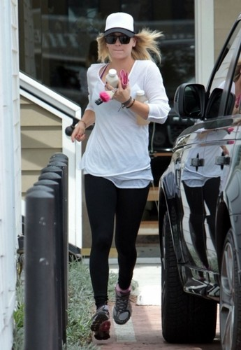 Kaley stops for a drink in Studio City