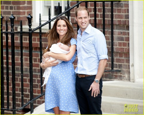 Duke and Duchess of Cambridge leaving St. Mary hospital with their new born baby (23th July 2013)