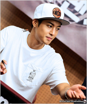Kim hyun joong sign for his fan-2
