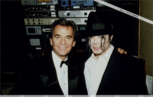 Michael And Dick Backstage At The 1993 American 音楽 Awards