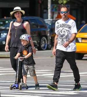 Jonny Lee Miller Spends the hari with His Family