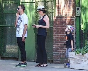 Jonny Lee Miller Spends the 일 with His Family