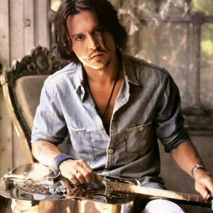 Johnny Depp playing/holding the guitar, gitaa