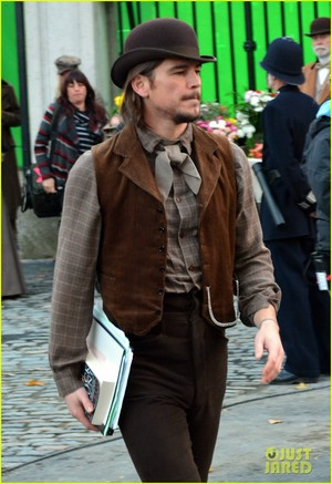 Josh Hartnett on set