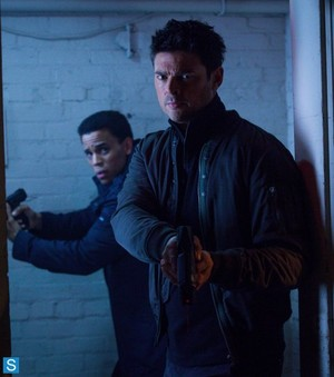 Almost Human - Episode 1.08 - u Are Here - Promotional foto's