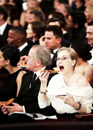 meryl eating pizza during the Oscars ceremony