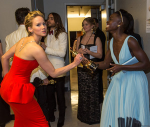 "Jennifer Lawrence tried to ""steal"" Lupita Nyong'o's Oscar trophy"