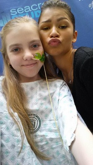 Zendaya visits young girl in the hospital ;)