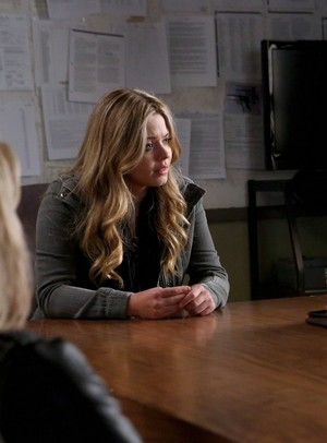 "Alison in 5x01 ""EscApe From New York"""