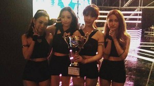 KARA takes inicial the trophy for 'Mamma Mia' on 'Show Champion'