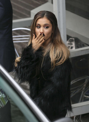 Ariana Grande outside the Лондон Studios