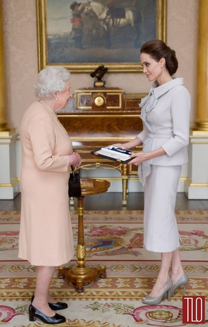 Angelina Jolie meets the 퀸 at Buckingham Palace