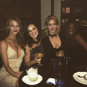 Emily Bett Rickards - New Year's Eve in লন্ডন