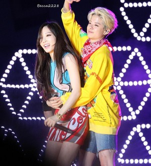 Taeyeon and Amber-Shake that Brass SMTOWN in Taiwan