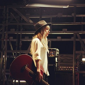 tay with guitare