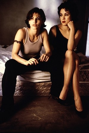 Jennifer Tilly as 紫色, 紫罗兰色 and Gina Gershon as Corky in 'Bound'