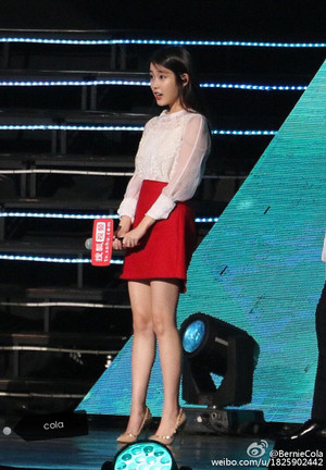 150829 IU's reaction watching 2 male fans act out the Producer KSH and CTH kiss scene
