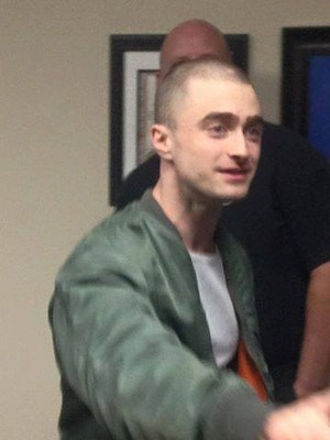 Daniel Radcliffe with peminat-peminat behind the set of Imperium (Fb.com/DanieljacobRadcliffeFanClub)