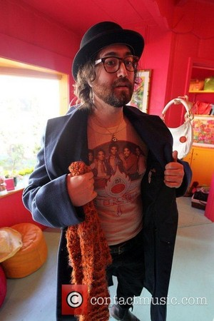 john lennon's brother sean lennon wears a camisa, camiseta of michael jackson