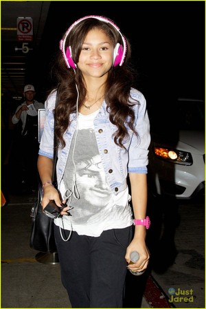 zendaya leaving wears a camisa, camiseta of michael jackson