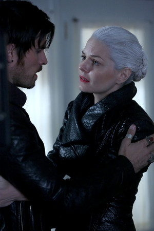 Killian Jones and Emma cisne | 5x08 Promo Stills