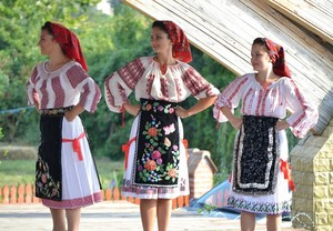 Romanian people traditional dress port populair