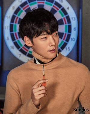 Choi Jin Hyuk puts on a mischievous grin for 'Singles'