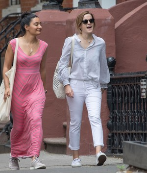Emma Watson and vrienden in NYC [May 29, 2017]