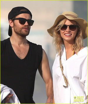 Paul Wesley & Candice King Hang Out at the пляж, пляжный in Rio!