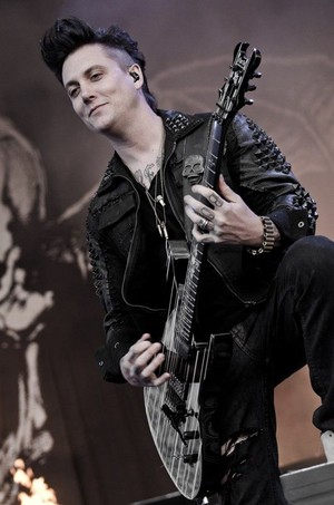 c7e6164ccdee6c804678ede87ef90f37 synyster gates avenged sevenfold