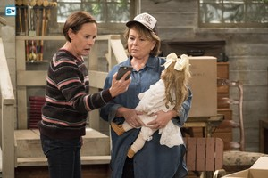 10x09 - Knee Deep - Jackie and Roseanne