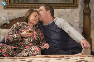 10x09 - Knee Deep - Roseanne and Dan