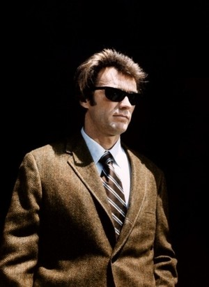 Clint as Dirty Harry wearing his famous রশ্মি Ban sunglasses