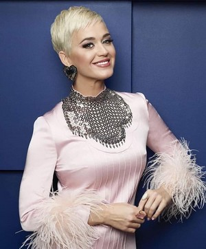 DO U LIKE KATY PERRY BLONDE SHORTLESS HAIR
