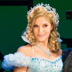 Anneliese transporter, van der Pol as Glinda (Movie Fancast)